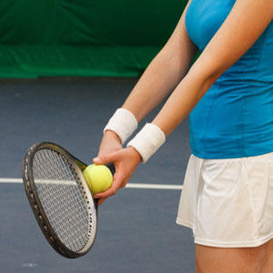 テニスラケットを握る女性